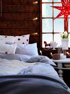 Välkomna släkt och vänner med fluffiga och inbjudande gästsängar i jul. Bädda med gosiga täcken, extra kuddar och varma filtar, med risk för att sova över julottan!
