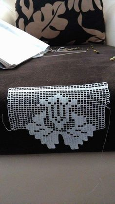 This Pin was discovered by Neş Crochet Dollies, Crochet Lace, Filet Crochet Charts, Crochet Stitches, Diy Crafts Crochet, Crochet Projects, Doily Patterns, Crochet Patterns, Crochet Boarders