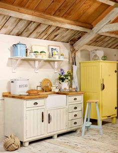 Rustic oak worktops sit on top of painted cabinets and chairs seem to be taken out of a fairy tale. It has so much charm ♥