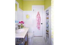 Decorá con color: ¡ponele amarillo a tu baño!  En este cuarto de baño, se optó por aplicar el tono para cortar con el blanco del machimbre en las paredes. Foto:www.photoexit.com/