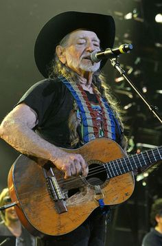 Willie Nelson Photos Photos - Willie Nelson performs during Keith Urban's Fourth annual We're All For The Hall benefit concert at Bridgestone Arena on April 2013 in Nashville, Tennessee. Country Artists, Country Singers, Keith Urban Concert, Rock And Roll Girl, Hank Williams Jr, Outlaw Country, Country Music Quotes, Los Angeles Convention Center, Music Artwork