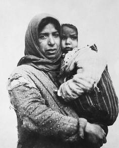 Γυναίκα με μωρό. Πρόσφυγες υπό την αιγίδα του Αμερικάνικου Ερυθρού Σταυρού τον Δεκέμβριο του 1918. Che Guevara, Greece, The Past, Mothers, Greece Country