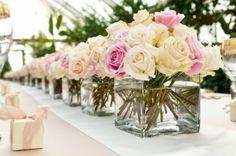 weiße rosa Rosen große Vasen arrangiert Tisch Deko klein