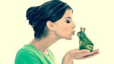 Frau küsst Frosch