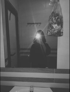 Shadow Photography, Girl Photography Poses, Tumblr Photography, Foto Mirror, Mirror Pic, Shadow Pictures, Profile Pictures Instagram, Look Dark, Fotos Goals