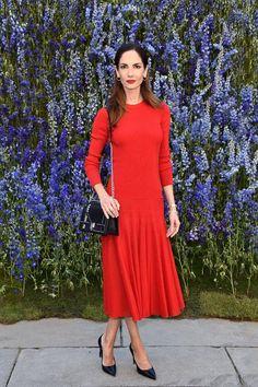 Jersey y falda midi en rojo intenso a conjunto con su labial. Muy elegante, con salones y bolso negros.