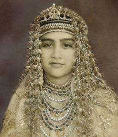 Rare portrait of princess Abida Sultan a princess cess of Bhopal: 1921 later she joined Pakistan foreign services. Vintage India, Vintage Gypsy, Vintage Photographs, Vintage Photos, Colonial India, Crown Jewels, Royal Jewels, Headdress, Indian Beauty