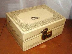 Lil Miss Makeup Aw remember these? Vintage Jewelry Box Ivory Cream Gold Script Edges Brass Lock I know my mom never would have bought A. Photo Vintage, Vintage 70s, Vintage Stuff, Vintage Items, Vintage Vogue, Vintage Books, Vintage Photos, Leather Jewelry Box, Jewelry Chest