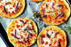 Pizza di patate con acciughe e origano