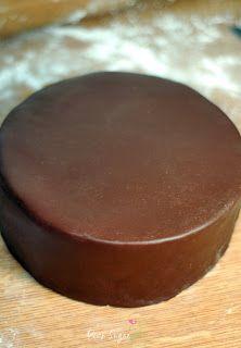 ein gelingsicherer Schokoladenrollfondant in der Schritt für Schritt Anleitung