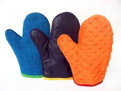 Każda z rękawic ma po dwie struktury- jedna strona to jedna faktura. Ze względu na materiał dzielimy je na : śliską, miękką i drapiącą. Wewnątrz wszyty jest materiał pikowany.  Kolory rękawic dobrane są tak aby najmłodsi  uczyli się również nazw kolorów.  Praca z rękawicami polega na masowaniu dziecka, aktywujemy w ten sposób doznania sensoryczne. Druga możliwość to wspólne masowanie się dzieci po twarzy; zadaniem dziecka głaskanego może być odszukanie tej rękawicy lub opisanie odczuć.