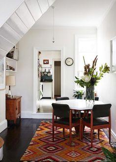 キリム柄が美しいオレンジ色のラグ。一枚敷くだけで、シンプルなお部屋が秋らしく暖かい雰囲気に。白を基調とした空間には、カラフルなキリムが良く似合います。