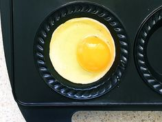 This is one seriously good kitchen hack - pie maker poached eggs! No more trying to swirl water in a pot to poach eggs for breakfast or brunch. The pie maker poaches eggs just right and in a flash. Mini Pie Recipes, Waffle Maker Recipes, Donut Recipes, Baking Recipes, Breville Pie Maker, Mini Pies, How To Eat Paleo, How To Cook Eggs, Poached Eggs