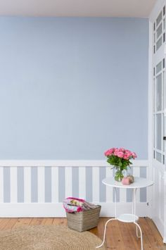 decoration dun soubassement dans une chambre avec du papier peint rayures blanc bleu