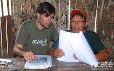 Tribo amazonica cria enciclopedia de medicina tradicional com 500 paginas. Chris Herndon (esquerda) e o xamã Arturo (direita), observam um rascunho da nova enciclopédia. Foto: Acaté