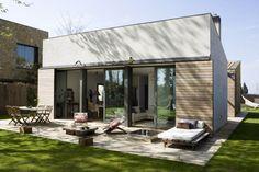 Una casa en forma de cub amb un petit i encantadorpati interioron es recuperen molts dels materials de construcció. Combinen el més nou i ...