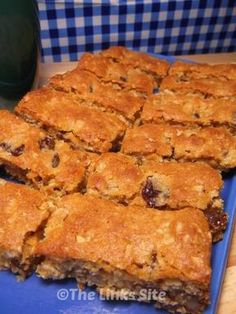 Thermomix conversion would be easy. Mix all the ingredients together press it into a tray and then bake! This easy walnut raisin slice is so simple – it is my new favourite slice recipe! Tray Bake Recipes, Baking Recipes, Cake Recipes, Dessert Recipes, Thermomix Desserts, Brunch Recipes, Biscuit Cookies, Biscuit Recipe, Healthy Afternoon Snacks