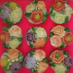 Buttercream flower cupcakes by The Bloom Bakery @thebloombakery on Instagram