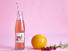 Homemade limonade met veenbessensap en rozemarijn - Libelle Lekker