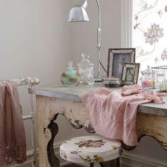 Rústico e o ao mesmo tempo elegante, a decoração shabby chic combina tons pastéis, mobiliários desgastados, além de acessórios delicados. Veja inspirações!