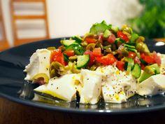 あまりに簡単で拍子抜けかもしれませんが、お豆腐にエクストラバージンオイルと塩をかけるだけ!慣れ親しんだ味が、おしゃれで立派な前菜に化けます♪
