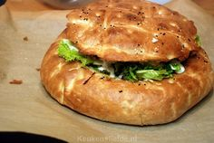 Gevuld Turks brood met shoarma High Tea Sandwiches, Wrap Sandwiches, Dutch Recipes, Cooking Recipes, Cooking For Dummies, Lunch Buffet, Good Food, Yummy Food, Savory Snacks