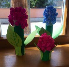 Hyazinten für den Frühling. Material: -Küchenrolle -Acrylfarbe -Tonpapier -Seidenpapier - Heißklebe