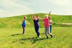 """Bewegungsspiel für Kinder: """"Wer fängt das Tuch?"""" - Gerade im Winter ist es wichtig, den Kindern drinnen die Möglichkeit zu bieten, sich auszutoben. Mit diesem lustigen Spiel kommt Freude auf, und die Kinder üben Reaktionsschnelligkeit. Ihr braucht dazu nur 1 Tuch und einen Stuhlkreis."""