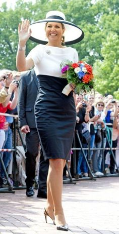 Queen Maxima on Monday in the same black and white dress around two months after Crown Princess Mary sported the dress in Estonia. Vetement Fashion, Royal Clothing, Queen Dress, Estilo Fashion, Queen Maxima, Looks Style, Royal Fashion, African Dress, Dress Codes