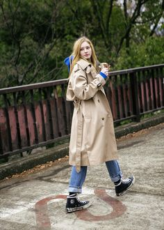 Windbreaker Sneakers are the most popular this year, stylish and elegant! Let's take a look! - Page 61 of 61 - zzzzllee Trench Coat Outfit, Trench Coat Style, Coat Dress, Burberry Trench Coat, Mode Outfits, Fall Outfits, Fashion Outfits, Look Fashion, Winter Fashion
