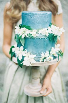 I like this color blue but not for the whole cake. Also don't like these flowers