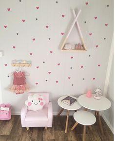 Habitación niña en tonos rosas con original estantería tipi - Minimoi (@mammatilamalie)