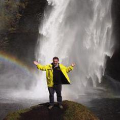 Utassy Ferenc karnagy-zenetanár és utazásszervező a szigetországban töltött nyolc év alatt fenekestül felforgatta Izland zenei életét, nyomot hagyott a közigazgatásban, és megváltoztatta a helyiek utazási célpontjait: nem kis szerepe van abban, hogy az elmúlt húsz évben a Magyarországra érkező izlandi turisták száma tízezres nagyságrendben mérhető.