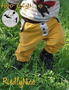 E-Book Wohlfühlhose TwoLegs Gr. 56- 164 Du suchst noch ein coole Hose für deine Kids? Hier kommt das Must-Have-Ebook für den Herbst!! Bei der TwoLegs handelt es sich um ein lässiges Ebook für eine supertolle Wohlfühlhose! Endlich mal was anderes als immer nur Pumphosen? Dann ist die TwoLegs die richtige Hose für dich! Genäht werden kann die TwoLegs aus Jersey,Sweat,Cords,Jeans oder Interlock! Und für den kommenden Sommer ist eine Version in kurz dabei! Der Kreativität sind hier keine…