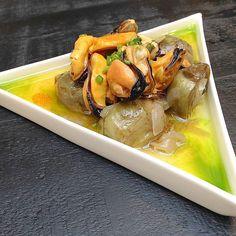 Mejillones con alcachofas aperitivos del restaurante @celeri_restaurant Menú degustación de la mano de @groupon_es