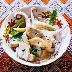 Reisnudeln in gebundener Sauce mit Tintenfisch (Rad Nah Pla Mük)
