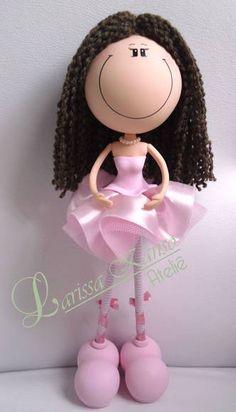 Magrela com 35 cm de altura, cabelo de lã e saia de tecido.  O modelo do vestido pode ser modificado e os adereços tb. R$ 40,00