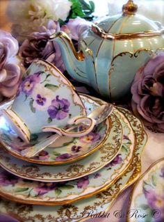 Beautiful pansies (angel faces) on this divine tea set. The many colours of the setting blend so well together. Hmmm morning or afternoon tea anyone! JH✿⊱╮