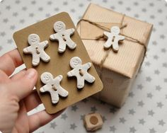The perfect gift wrapping - gingerbread buttons - Christmas Clay, Christmas Gingerbread, Christmas Time, Christmas Ornaments, Christmas Christmas, Diy Xmas, Christmas Gift Wrapping, Holiday Crafts, Homemade Gifts