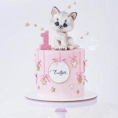 Adorable cakes for kids birthdays 😍 Credit Caramel Caramel. 1st Birthday Cake For Girls, Novelty Birthday Cakes, Baby Birthday Cakes, Cat Birthday, Kitten Cake, Teddy Bear Cakes, Animal Cakes, Cat Party, Girl Cakes