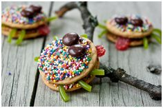 Turn classic spider cookies into cute and girly spiders with their tongues sticking out! Tutorial included...