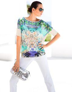 Ein sommerlicher Eyecatcher: Shirt mit aufwendig gespiegeltem Tropical-Print und trendiger Oversized-Form.