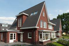 Verspringende bakstenen gevels en dakvormen zijn bepalend in de Vida bouwstijl. Nostalgisch en knus.