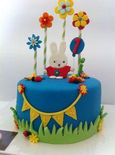 Nijntje cake taart met bloemen en slingers