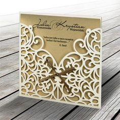 A meghívó egy tartóban helyezkedik el, ami matt ekrü papír.A borító eredeti lézer kivágással és szatén szalaggal díszített.A betétlap fémes óarany színű.     A meghívóhoz dekoratív boríték jár.A meghívóknál nincs szerkesztésiés nyomtatási költség Wedding Invitations Australia, Wedding Invitations Uk, Invites, Custom Design, Unique Jewelry, Frame, Handmade Gifts, Etsy, Wedding Stuff