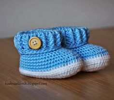 A free Dutch of baby boots. Do you want to crochet these baby boots too? Knit Baby Shoes, Crochet Baby Boots, Baby Boy Shoes, Crochet For Boys, Baby Booties, Free Crochet, Baby Patterns, Crochet Patterns, Baby Boy Scrapbook