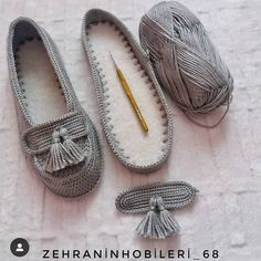 Top Trend Braids 73 Weste Cardigan Booties Faser Schal Strickmuster, Source by de mujer tejidos Crochet Sandals, Crochet Boots, Crochet Slippers, Crochet Clothes, Mode Crochet, Crochet Baby, Baby Knitting Patterns, Crochet Patterns, Crochet Slipper Pattern