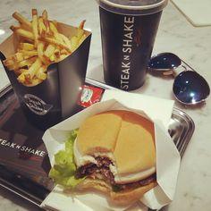 khimma_La mejor hamburguesa de mi vida sin duda 😍😍😍// the best burger of my life 🙌🙌🙌 #steaknshake #foodaily #foodphotography #food #foodporn #hungry #hamburguers #amazing #perfec #perfectmoment #instalike #instamoment #instafood #inlove #photodaily #pic #madrid #madridmemola #bblogger #beauty #blogger #khimma #eltocadordekhimma #tagsforlikes #like4like #f4f #igers #igerspain