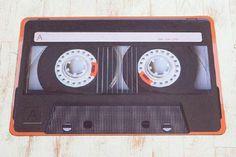 Alfombra con forma de cassette, de la empresa Trompe L'Oeil. La quiero