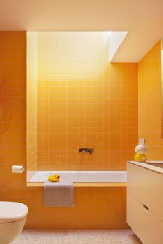 beautiful small bathroom makeover ideas for inspiration page 17 Bad Inspiration, Bathroom Inspiration, Bathroom Interior Design, Interior Decorating, Yellow Baths, Beautiful Small Bathrooms, Orange Bathrooms, Bathroom Yellow, Tile Bathrooms